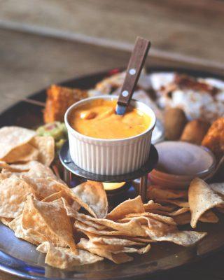 Vamos a confesaros algo...🤭Desde que probamos la salsa cheddar de @zanuy no acompañamos los totopos con otra cosa.🙏Y sabemos que no somos los únicos, porque nos decís que incluso os gusta para acompañar la carne de nuestra carnicería.🥩 Y tú, ¿ya la has probado?🔥 #ManjaresDelMundo #Shop #Cheddar #Sauce #Totopos #Nachos #Delicious #TypicalFood #Food #Foodie #Foodstagram #FoodPorn #Oasis #OasisenBarcelona