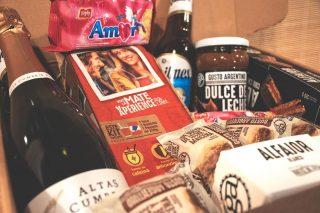 """💘SORTEO CERRADO SAN VALENTÍN💘 🏆 @eddie_jackrussell Así es… Llega San Valentín y nos ponemos dulces…🥰 Por eso te traemos un sorteo con #GustoArgentino para que sorprendas a tu pareja, a tu amigo, a tu amiga, a tu madre, a ti mismo o a quien quieras.🙌 Sorteamos una caja como esta con: 6 alfajores de chocolate, 6 alfajores glaseados, 6 alfajores de maizena, 1 dulce de leche, 2 paquetes de galletitas """"Amor"""", 2 Quilmes, 1 vino espumante y un kit mate Xperience.😎 Desde Manjares advertimos que no nos hacemos responsables de las consecuencias que puede conllevar tanto amor en una sola caja…😏Tú sabrás.😜 Si quieres participar, te lo ponemos fácil: - Like a la foto 📷 - Seguir a @manjaresdelmundo.es 🔥 - Etiquetar en comentarios con quién compartirías esta caja cargada de amor💛 Tenéis hasta el 15/2 para participar (sorteo válido para península) y anunciaremos el ganador por stories, ¡estad atentos! ¡Mucha suerte! ☘️ #ManjaresDelMundo #Alfajores #Dateelgusto #Shop #Sorteo #Giveaway #SanValentin #Valentine #TypicalFood #Food #Foodstagram #FoodPorn #Oasis #OasisenBarcelona #Argentina #AlfajoresArgentinos #lafrancoargentina #dulcedeleche #argentinosenbarcelona #comidaargentina #argentinosporelmundo"""