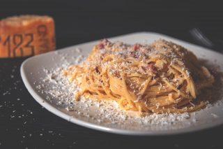 Para celebrar el día de los Spaghetti🍝, hemos decidido contarte el secreto de un buen plato de pasta: Acompañarla de un PARMIGIANO DE 10.👌 En Manjares tenemos parmigiano reggiano de vaca bruna de montaña con DO cualificada.🙌 Una vez lo pruebes, ningún otro parmesano te convencerá.💛 #ManjaresDelMundo #Shop #Parmigiano #Cheese #Pasta #TypicalFood #Food #Spaghetti #topFood #Foodstagram #Delicious #FoodPorn #Italia #Italianfood #Oasis #OasisenBarcelona