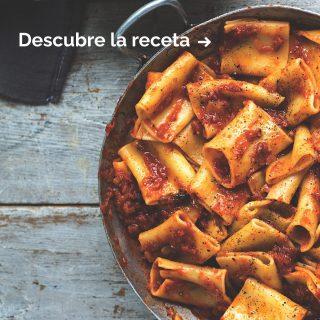 Es día de pasta🍝y hoy te proponemos este plato con el que conquistar a quien quieras: PACCHERI CON TOMATE.🥫 Es un claro ejemplo de comfort food, ya que nos puede recordar a la infancia y eso nos reconforta siempre.🤗 Sabemos que vas justo de tiempo, así que esto te gustará😎: encontrarás todos los ingredientes necesarios en la tienda, para que no tengas que pasearte toda Barcelona en busca de ellos.💪 Te regalamos la receta, ¡guárdatela bien!🔥 #ManjaresDelMundo #Shop #Pasta #Delicious #Handmade #TypicalFood #Food #Foodie #Foodstagram #paccheri #italia #italianfood #Foodporn #Oasis #OasisenBarcelona