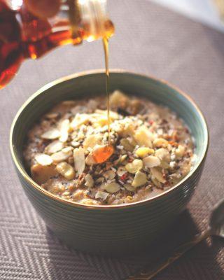 ¿Con qué sueles acompañar el porridge?🤔Es uno de nuestros desayunos favoritos💛, para el que usamos los copos de avena irlandeses de Flavahan's.🔝Los cocinamos 5' con leche especiada con canela, añadimos frutos secos, semillas, fruta de temporada y sirope de ágave y arrancamos el día de la mejor forma posible.🤤 #ManjaresDelMundo #Avena #Porridge #Delicious #FoodPorn #TypicalFood #Foodie #Food #Foodstagram #Oat #Breakfast #Healthy #Recetassaludables #Oasis #OasisenBarcelona