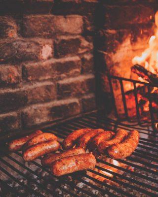 La llama de los asados sigue encendida, y una de las piezas que más está triunfando es el chorizo criollo.🔥 Está elaborado artesanalmente por nuestro maestro asador y estos días es uno de los productos estrella de la carnicería.🤩 ¡Pon fecha para un asado y ven a por el tuyo!🙌 #ManjaresDelMundo #Shop #Chorizo #Asado #Delicious #ChorizoCriollo #Fire #Bbq #TypicalFood #Food #Foodie #Foodstagram #Foodporn #Oasis #OasisenBarcelona